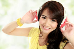 Junges Mädchen mit Kopfhörern Lizenzfreies Stockbild