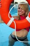 Junges Mädchen mit Rettungs-Ring Lizenzfreie Stockfotos