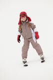 Junges Mädchen-Skifahren neigen unten sich am Feiertag Lizenzfreies Stockbild