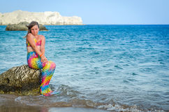 Junges Meerjungfraumädchen auf tropischem Strand Lizenzfreie Stockbilder