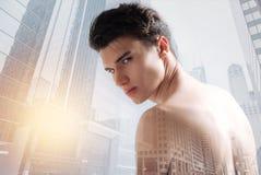 Junges Modell, das kalten flüchtigen Blick an Ihnen wirft Stockfotografie