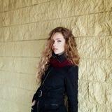 Junges modernes Mädchen mit dem langen gelockten Haar Lizenzfreie Stockbilder