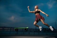Junges modernes stilvolles Modell in der Sommerhippie-Kleidung Nett, Gefühle Eislauf und Springen lizenzfreie stockfotos