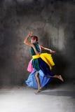 Junges modernes Tanzenmädchen im bunten Kleid Stockfotos