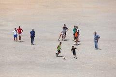 Junges Morrocans, das Fußball spielt Stockbild