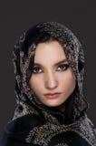 Junges moslemisches Frauenporträt, das ein Kopftuch trägt stockfotografie