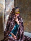 Junges moslemisches Frauenporträt, der Iran Eine Frau von Bandar Abbas trägt das traditionelle arabische burka lizenzfreie stockfotos