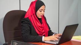 Junges moslemisches Mädchen stock video