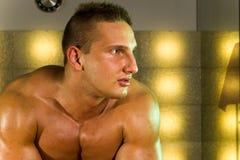 Junges muskulöses Mannportrait Stockfotografie