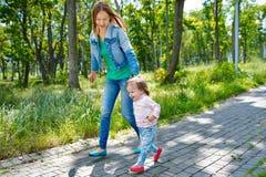 Junges Mutter- und Tochtergehen Lizenzfreie Stockbilder