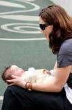Junges Mutterspiel mit ihrem Kleinkindbaby Lizenzfreie Stockfotos