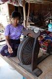 Junges Myanmar-Mädchen, das an spinnendem Rad arbeitet Lizenzfreie Stockfotos