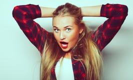 Junges nettes lächelndes blondes Mädchen Lizenzfreies Stockbild