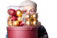 Junges nettes lächelndes Mädchen in der Strickjacke, einen Kasten Weihnachtsdekorationen halten Winter, Cristmastime, Neujahrsfei Lizenzfreies Stockfoto