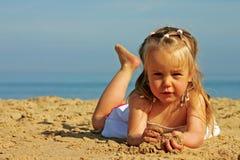 Junges nettes Mädchen auf Strand Stockbilder
