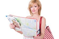 Junges nettes Mädchen, das Karte vor Reise hält lizenzfreie stockfotos