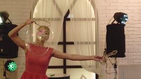 Junges nettes Mädchen, das mit den großen Seifenblasen, Show tuend, Nahaufnahme spielt stock video