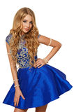 Junges nettes Mädchen in einem blauen Kleid Lizenzfreie Stockfotografie