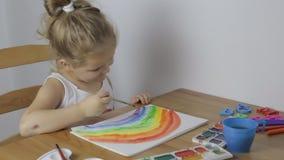 Junges nettes Mädchen zeichnet einen Regenbogen stock video