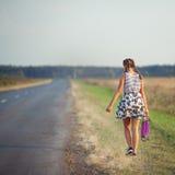 Junges nettes Mädchenfahrskateboard auf Straße Lizenzfreie Stockfotos