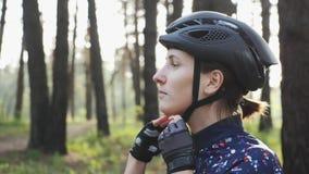 Junges nettes triathlete setzt sich auf schwarzen Radfahrensturzhelm Glückliches Radfahrerporträt Triathlonkonzept stock video