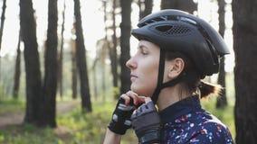 Junges nettes triathlete setzt sich auf schwarzen Radfahrensturzhelm Gl?ckliches Radfahrerportr?t Triathlonkonzept Langsame Beweg stock video