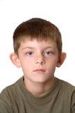 Junges nicht lächelndes Jungenportrait Stockfotografie