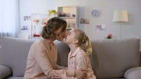 Junges nuzzling Sitzen der Mutter und der Tochter auf Sofa, Beziehungen der nahen Verwandte, Liebe stock video