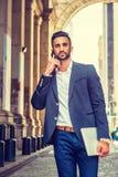 Junges ostindisches amerikanisches Geschäftsmannreisen, arbeitend in neuem lizenzfreie stockbilder