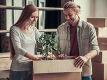 Junges Paar-Bewegen Lizenzfreie Stockfotos