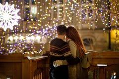 Junges Paar bewundert eine Ansicht der festlichen Stadt Stockfoto