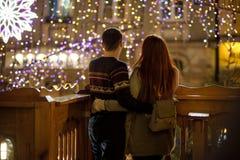 Junges Paar bewundert eine Ansicht der festlichen Stadt Lizenzfreie Stockfotografie