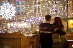 Junges Paar bewundert eine Ansicht der festlichen Stadt Stockfotos
