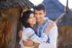Junges Paar in der ukrainischen Art kleidet draußen Stockfoto