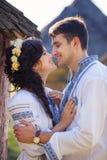 Junges Paar in der ukrainischen Art kleidet draußen stockbild