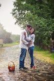 Junges Paar in der ukrainischen Art kleidet unter Regen Stockfoto