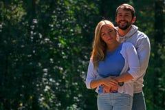 Junges Paar geht auf Bürgersteig im Wald Stockfotos