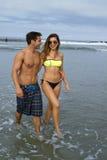 Junges Paar geht in den Ozean Stockbilder