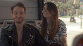 Junges Paar ist auf dem Bus in der Stadt stock video
