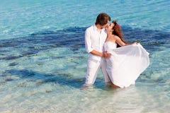 Junges Paar küsst lizenzfreie stockbilder