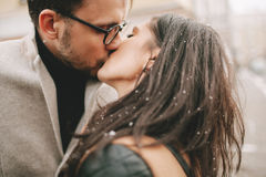 Junges Paar küsst auf der Straße Lizenzfreie Stockfotos