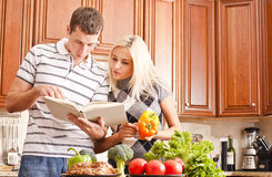 Junges Paar-Kochen Lizenzfreie Stockbilder
