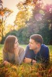 Junges Paar liegt auf der Wiese lizenzfreie stockbilder