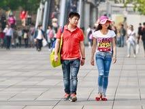 Junges Paar mit Verhältnis gibt, Peking, China heraus Stockfotografie