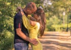 Junges Paar 20s geht nahes hohes des Intimate voran lizenzfreie stockbilder