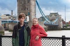 Junges Paar steht auf Damm von der Themse Lizenzfreie Stockbilder