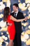 Junges Paar-Tanzen stockbild