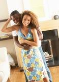 Junges Paar-Tanzen zusammen im Wohnzimmer Lizenzfreie Stockbilder
