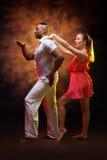 Junges Paar tanzt karibische Salsa Stockfoto