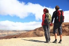 Junges Paar-Wandern Stockbild